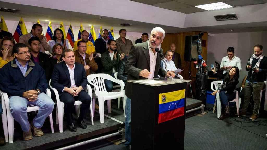 El coordinador político de la Mesa de Unidad Democrática (MUD), Ángel Oropeza, en rueda de prensa.