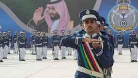 Ceremonia militar en Riad con el príncipe Mohamed bin Salman al fondo.
