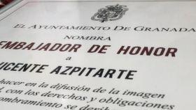 El diploma que acredita al periodista como Embajador de Honor de Granada
