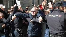 El cordón policial intentando impedir el paso de la manifestación.