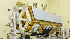 El satélite PAZ pesa 1400 kg, mide 5 m de alto y 2,4 m de diámetro.