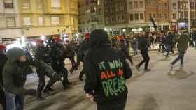 Momentos de las cargas policiales ante ultras en los aledaños de San Mamés.