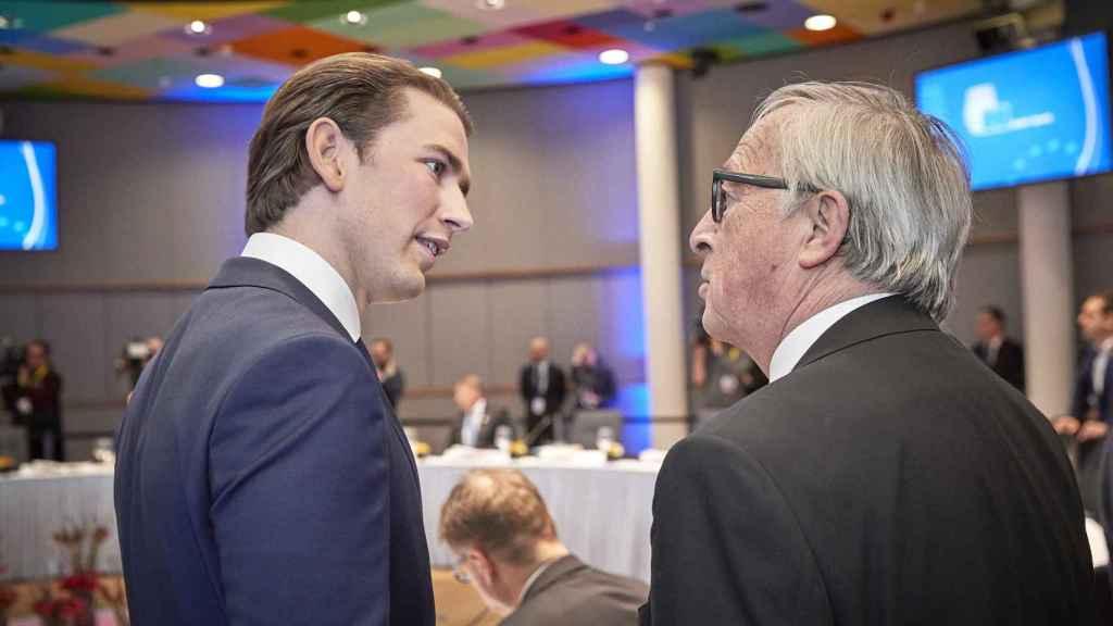 El primer ministro austriaco Sebastian Kurz conversa con Juncker