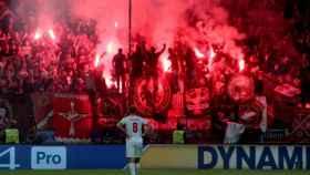 Ultras rusos en un partido ante la mirada de un futbolista.