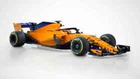En el MCL33 predomina el naranja papaya, el color histórico de la escudería, junto al azul en los alerones.