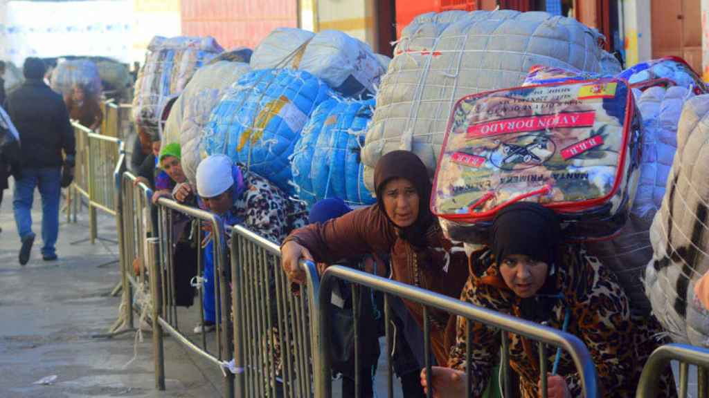 Porteadores cargando mercancía en la frontera del Tarajal (Ceuta).