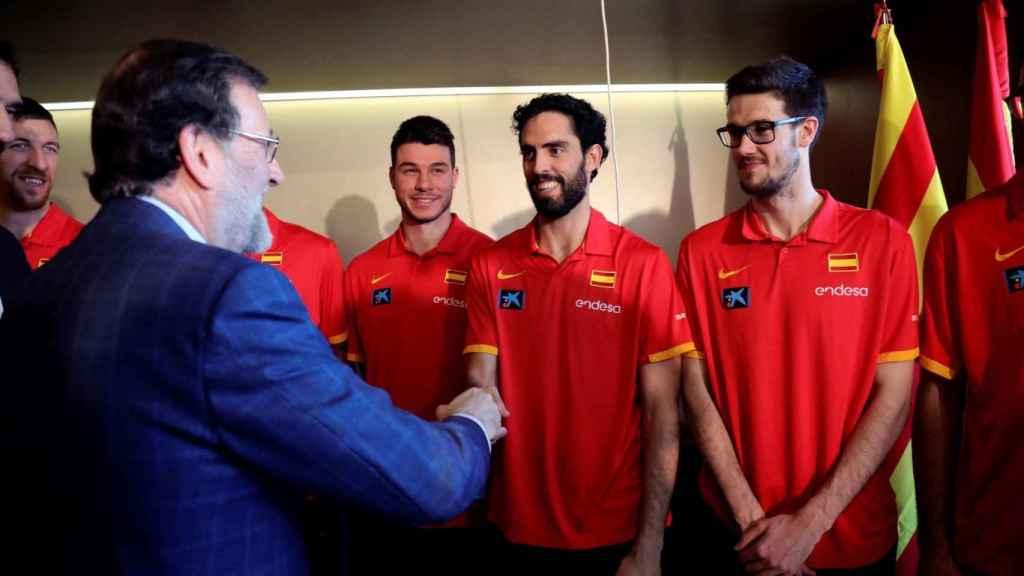 Beirán da la mano a Mariano Rajoy en su encuentro con la selección en Zaragoza.