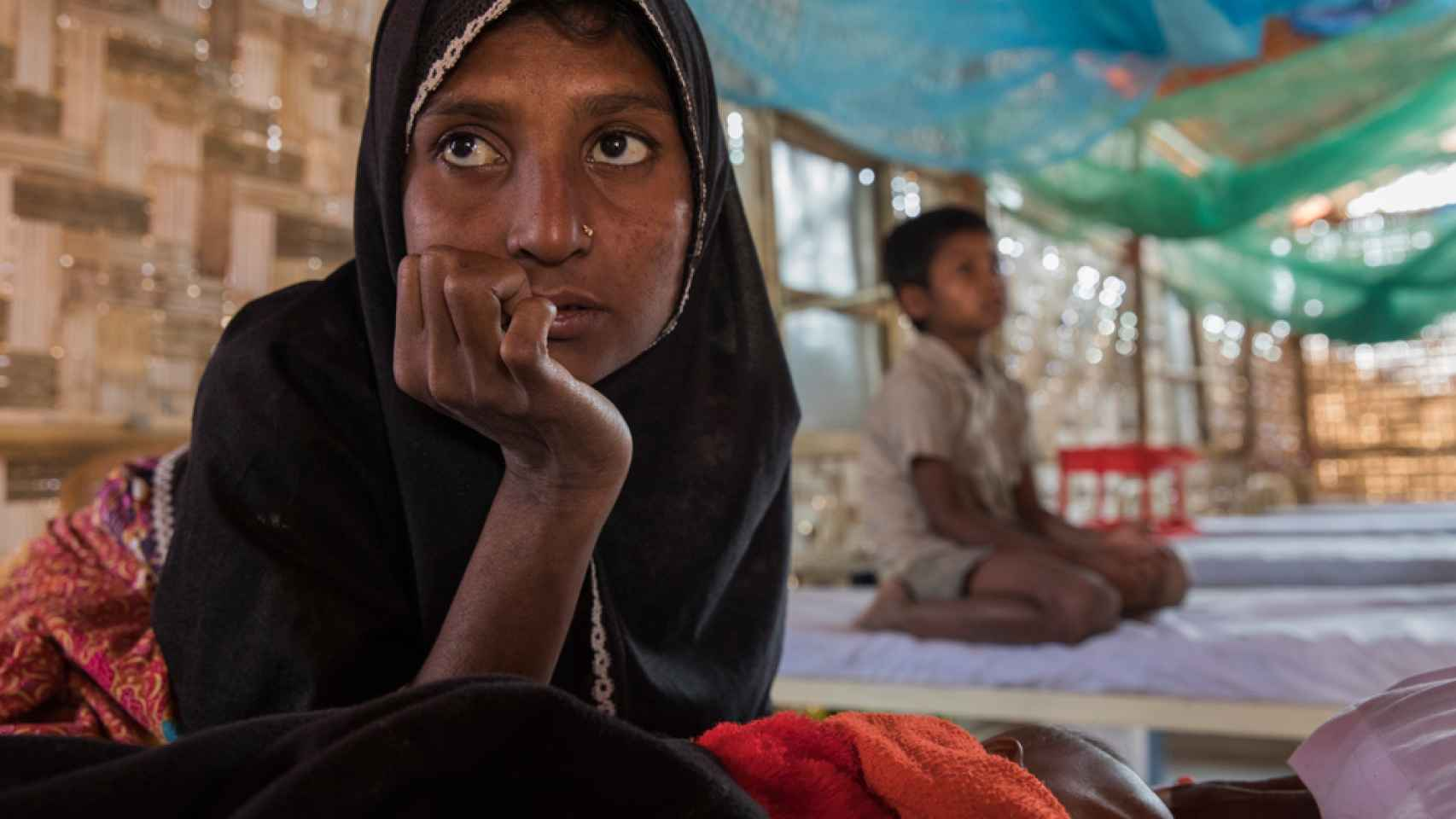 Humaira, 25 años, es una refugiada rohinyá que vive desde hace semanas en el campamento de Jantoli, en la imagen espera atención médica en uno de los centros de Médicos Sin Fronteras