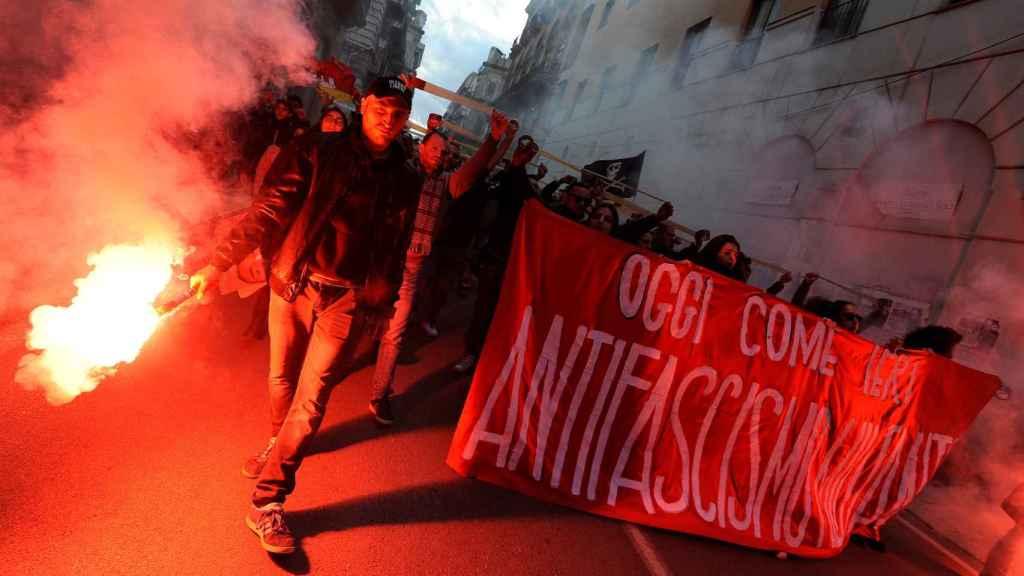 Manifestantes antifascitas marchan por las calles de Milán.