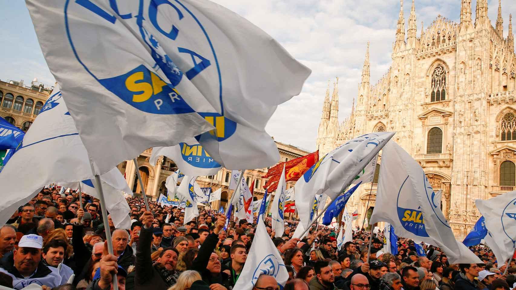 Seguidores de la Liga Norte, en un mitin de Matteo Salvini en Milán.