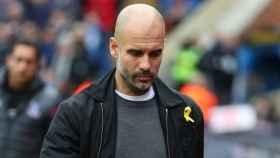 Guardiola, con el lazo amarillo.