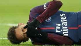 Neymar, sobre el césped, en el momento de su lesión.