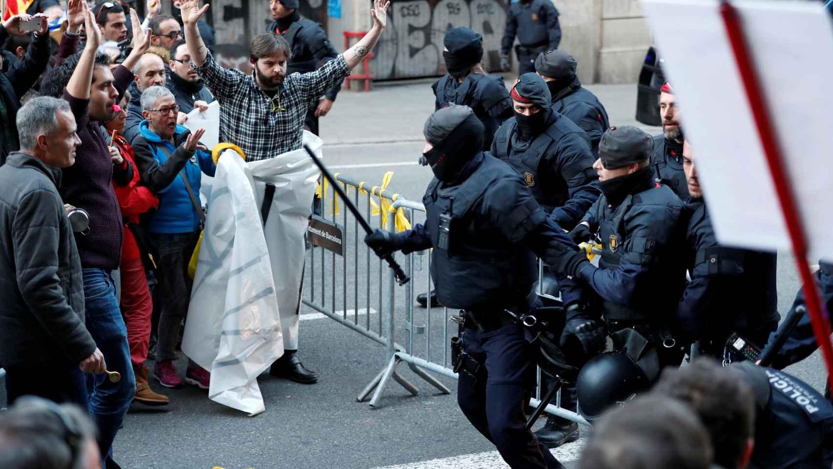 El Mobile World Congress, que mañana abre sus puertas en Barcelona a todos los asistentes al mayor congreso de telefonía móvil, ha servido a los independentistas para lanzarse a las calles para mostrar su desacuerdo con la visita de Felipe VI a la inauguración celebrada este domingo.