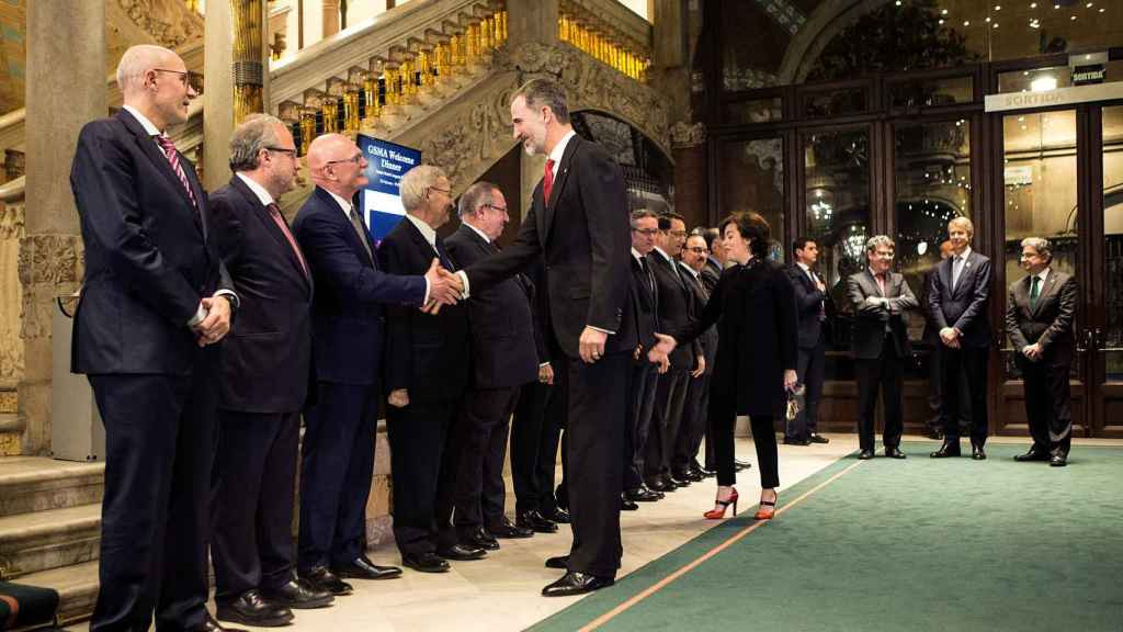 El Rey saluda a algunas autoridades antes de inaugurar el WMC