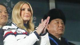 Ivanka Trump, en el palco con el respresentante norcoreano detrás.