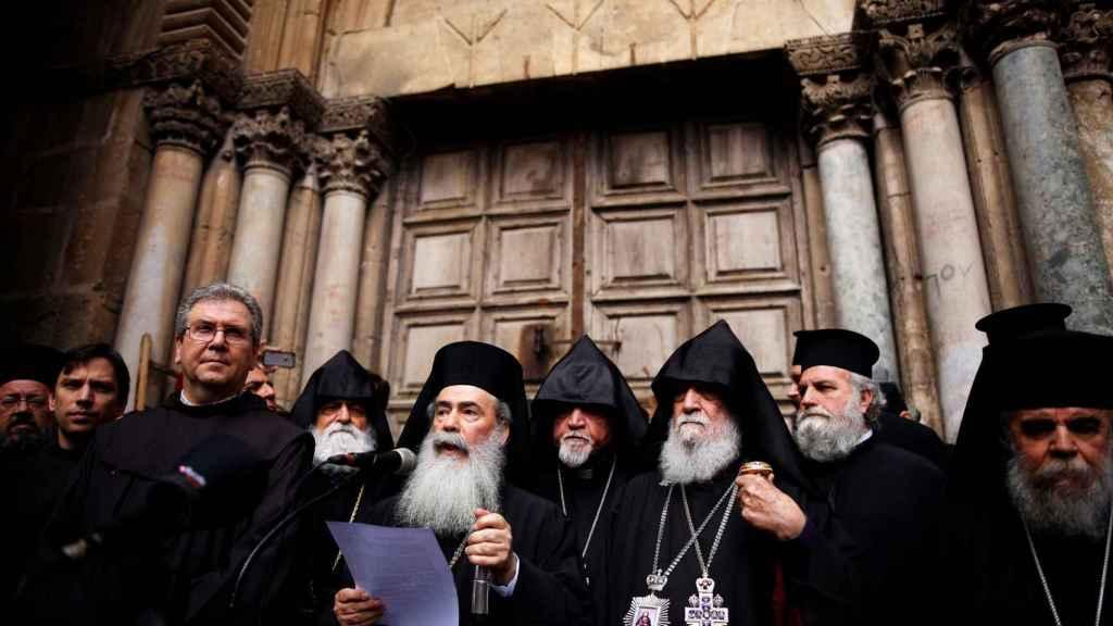 Representantes de las distintas iglesias que han acordado el cierre leen un manifiesto de protesta a las puertas del Santo Sepulcro. Foto: Reuters
