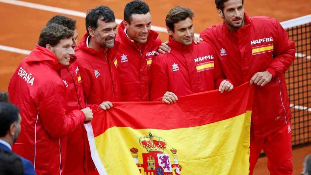 Los jugadores de España en la última eliminatoria de Copa Davis ante Gran Bretaña en Marbella.