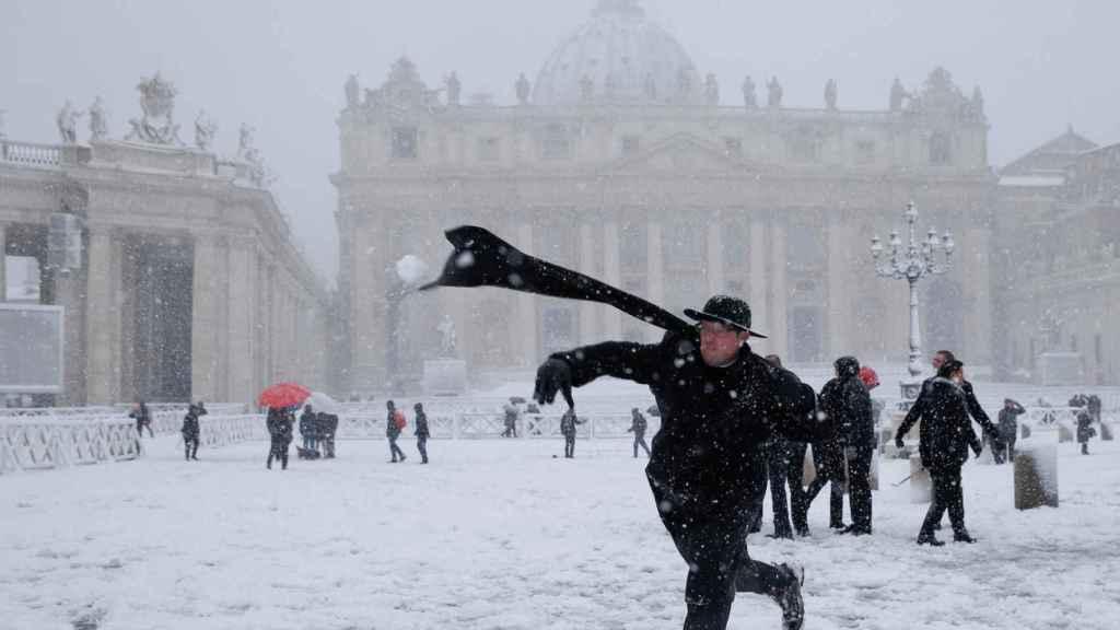 Se lo pasa como dios. Un cura jugando a tirar bolas de nieve en la plaza de San Pedro, Roma. REUTERS/Max Rossi.