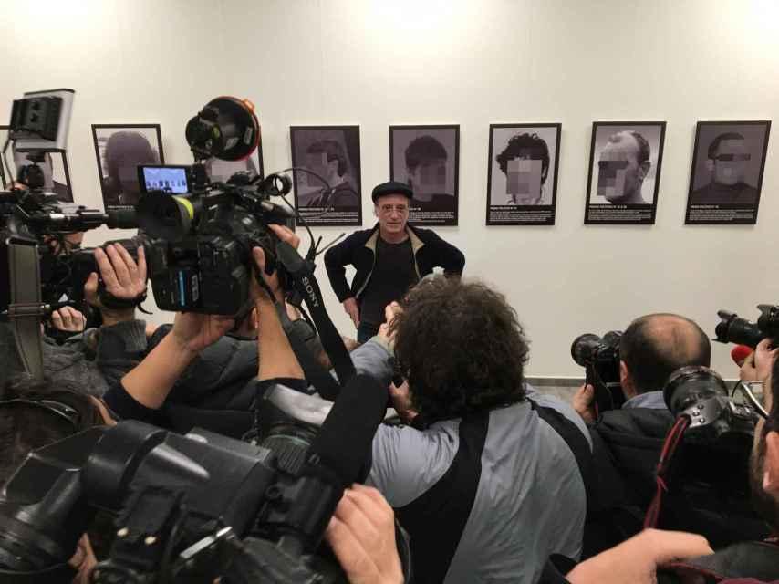 Santiago Sierra ante los medios de comunicación y junto a su obra censurada por IFEMA.