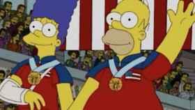 Homer y Marge Simpson con sus medallas al cuello
