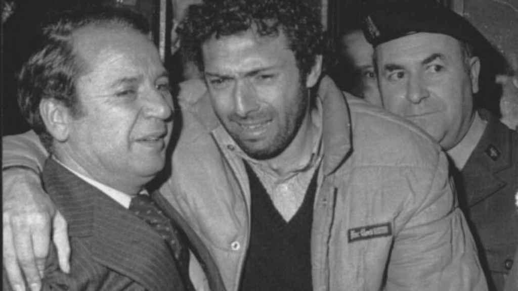 Quini, tras ser liberado después de su secuestro, abraza a Nuñez, presidente entonces del Barcelona.