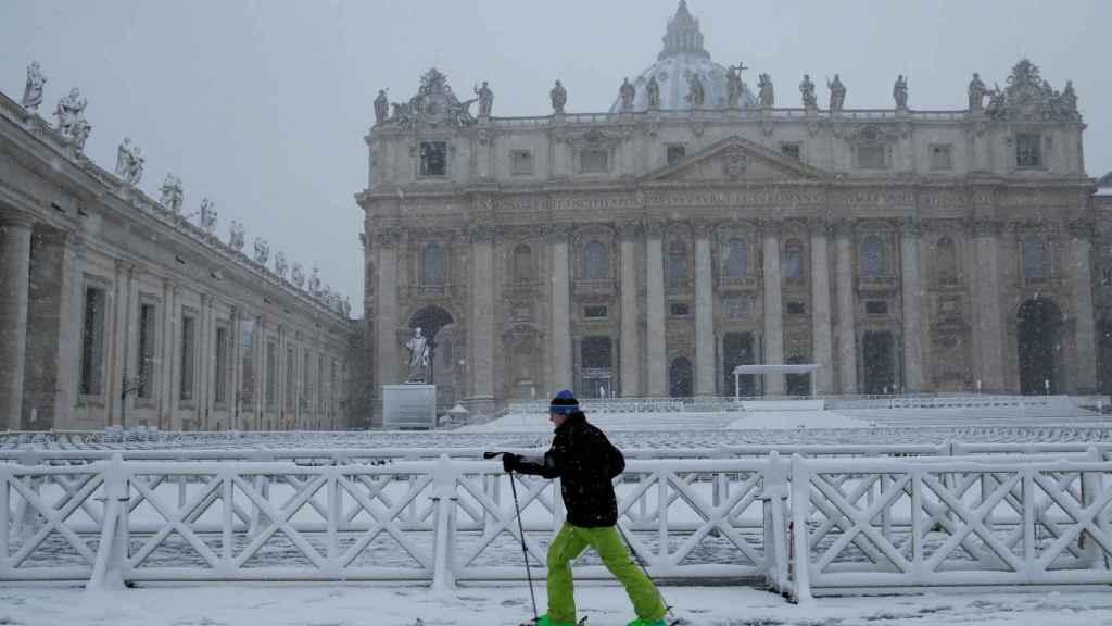 La acumulación de nieve permite que alguno incluso esquíe frente a San Pedro. REUTERS/Max Rossi.