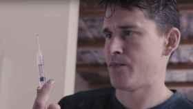 Ben Greenfield manipula una aguja.