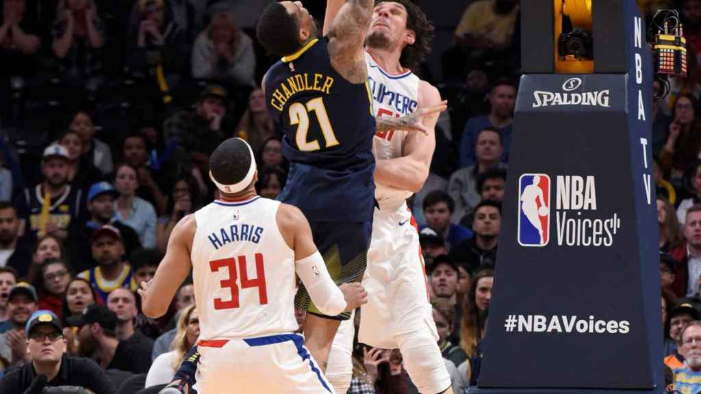 Marjanovic tapona a Wilson Chandler durante el Nuggets-Clippers.