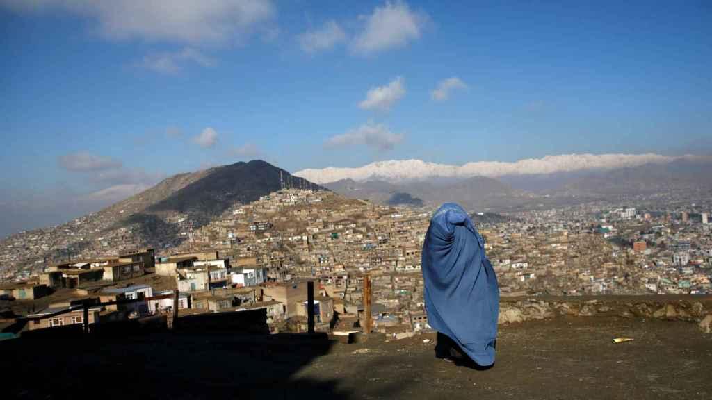 Una mujer afgana camina en una de las montañas de Kabul.