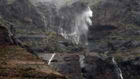 Cascadas de agua de lluvia en la localidad de Veneguera, al suroeste de la isla de Gran Canaria.