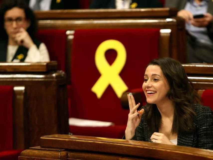 Inés Arrimadas gesticula ante la mirada de Marta Rovira.