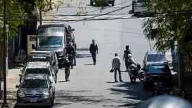 Miembros del servicio de inteligencia (Sebin) custodian las inmediaciones de la residencia de Leopoldo López.