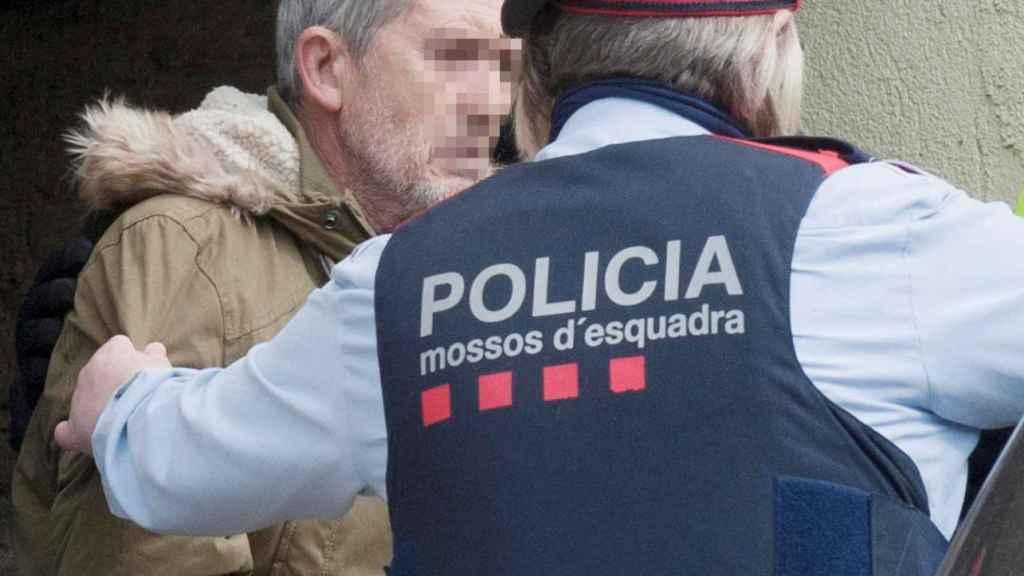 El presunto autor del doble homicidio de Susqueda, Jordi Magentí , acompañado de los Mosos