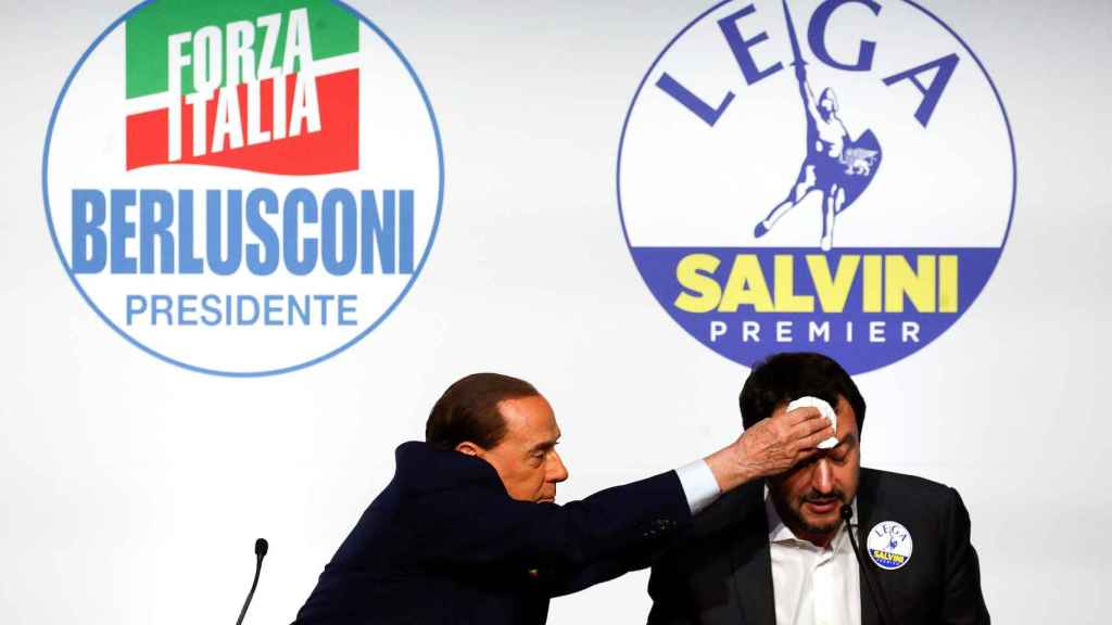Berlusconi le seca el sudor de la frente a Matteo Salvini.