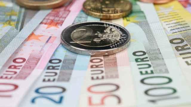Billetes y monedas de euro de distintas denominaciones.