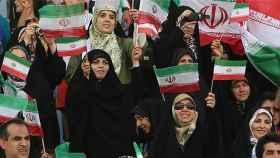 Varias mujeres durante un encuentro de fútbol femenino en Irán.
