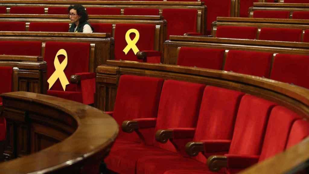 Marta Rovira, número dos de ERC, en el Parlament entre lazos amarillos recordando a los ausentes.