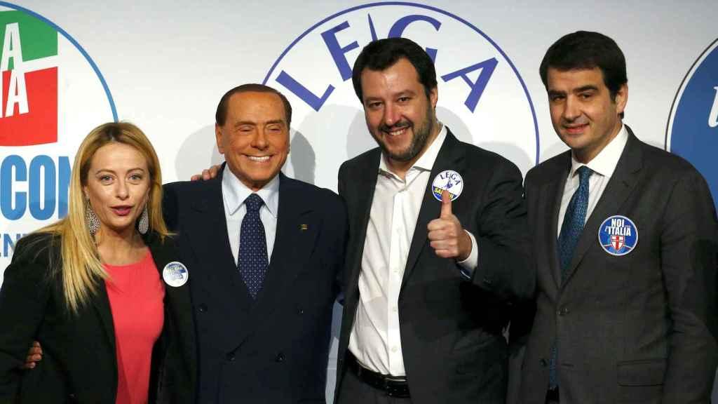Giorgia Meloni, Silvio Berlusconi, Matteo Salvini y Raffaele Fitto escenifican la unidad de la derecha italiana.