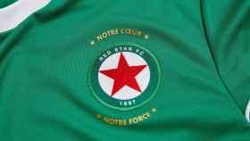 La camiseta, con el escudo, del equipo Red Star de París.