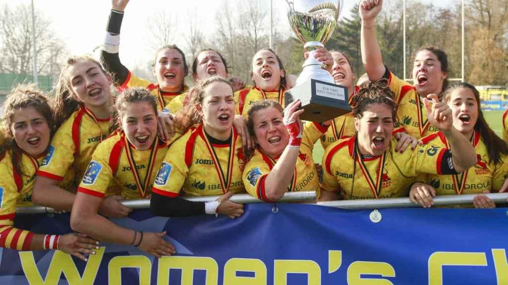 Las Leonas nada más recibir el trofeo de campeonas.