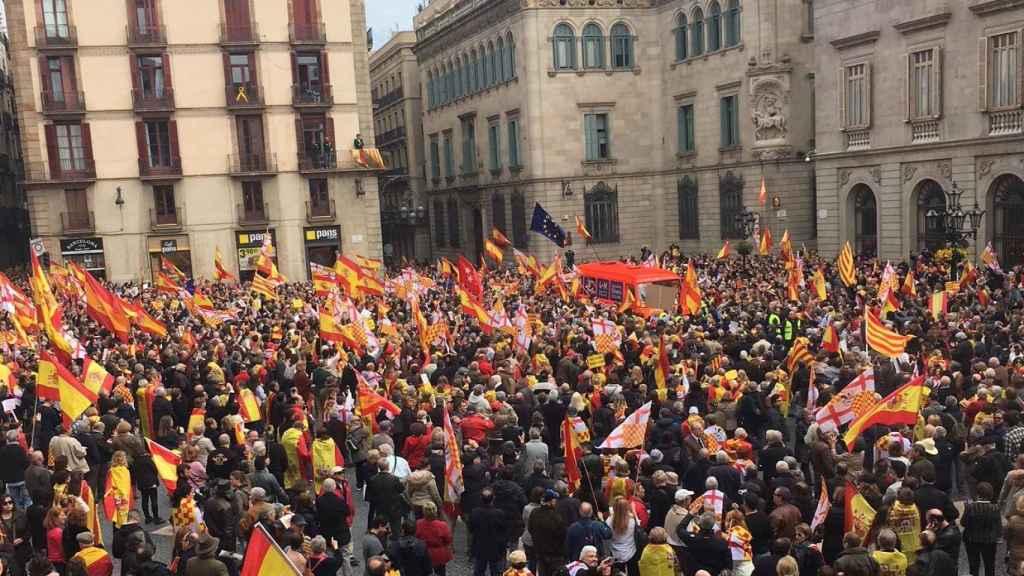 La plaza Sant Jaume, llena de manifestantes por Tabarnia.