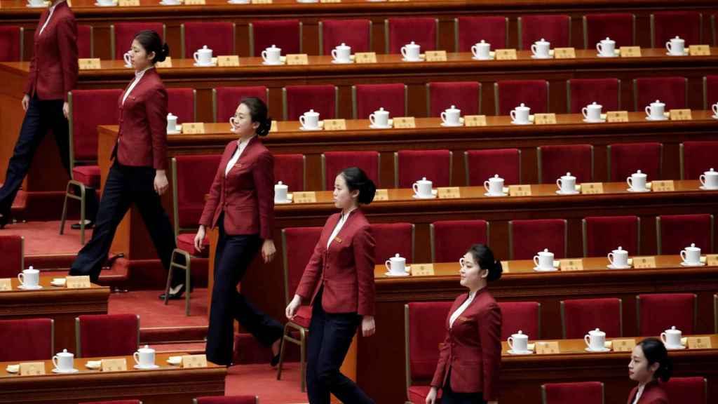 Azafatas en el pleno del Palacio del Pueblo de Beijing.