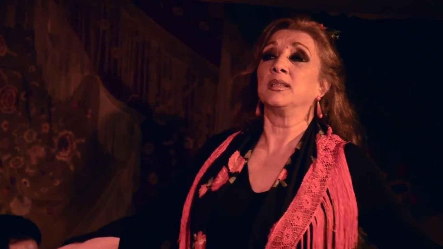 Antoñeta actuando sobre un tablao flamenco.
