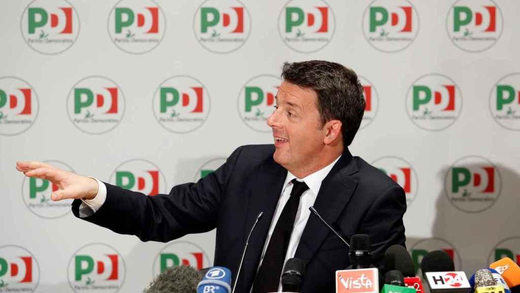 Renzi anunciando su dimisión.