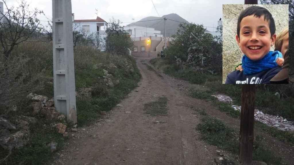 Camino de tierra que conduce hasta el lugar por el que accedió una furgoneta blanca y en donde se le perdió el rastro a Gabriel Cruz, de ocho años.