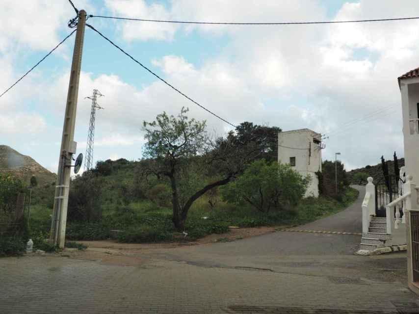 Por esta calle en dirección al carril de tierra que hay junto al poste de luz giró la furgoneta que vieron dos vecinos de Las Hortichuelas, donde desapareció el menor.