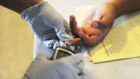 Una persona se realiza un test de glucosa.