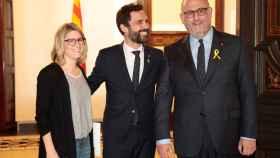 El presidente del Parlament, Roger Torrent, entre Artadi y Pujol, de Junts per Catalunya.