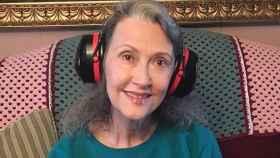 Kathy McCain, con los auriculares que lleva siempre.