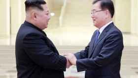 Kim Jong-un saluda a Chung Eui-yong, jefe de la oficina presidencial surcoreana de Seguridad Nacional.